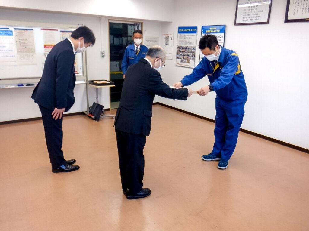 東海旅客鉄道株式会社様より感謝状を授与される弊社加藤代表取締役社長